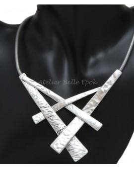 Collier métal argenté pendentif effet martelé