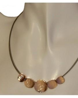 Collier pendentifs ronds en acier doré et striés sur câbles